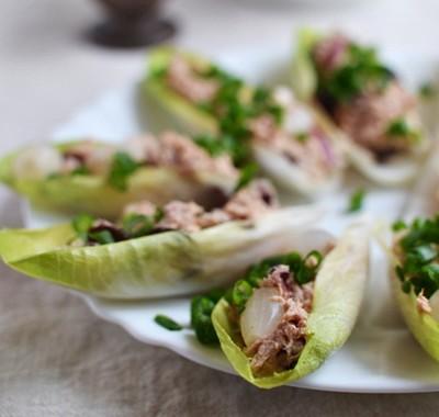 Łódeczki z cykorii z tuńczykiem i cebulką konserwową