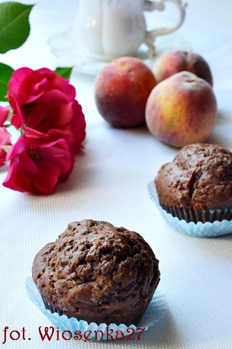 Muffinki kakaowe z brzoskwiniami