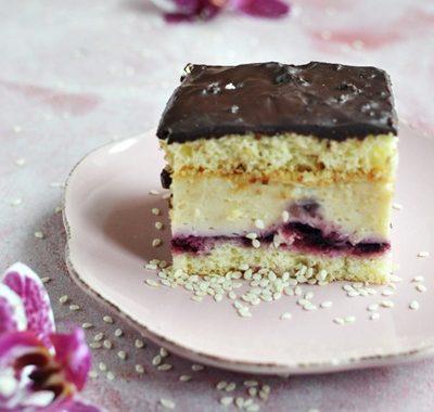Ciasto chałwowe z czarną porzeczką