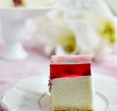 Ciasto z białą czekoladą, malinami i galaretką