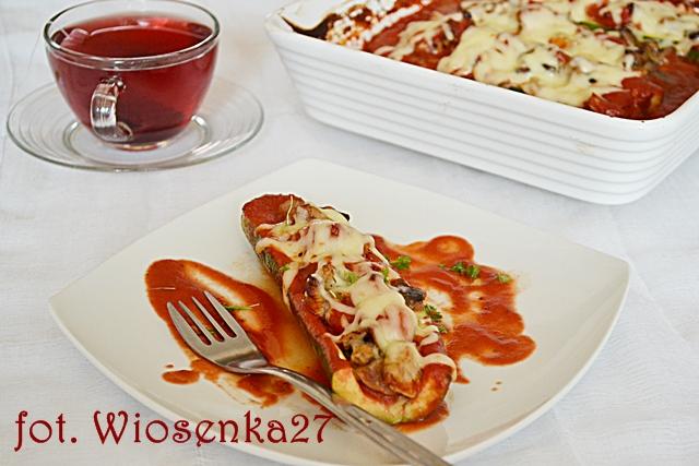 Cukinia faszerowana  mięsem w sosie pomidorowym
