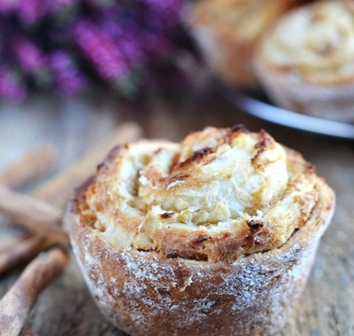 Drożdżowe muffinki z jabłkami i cynamonem