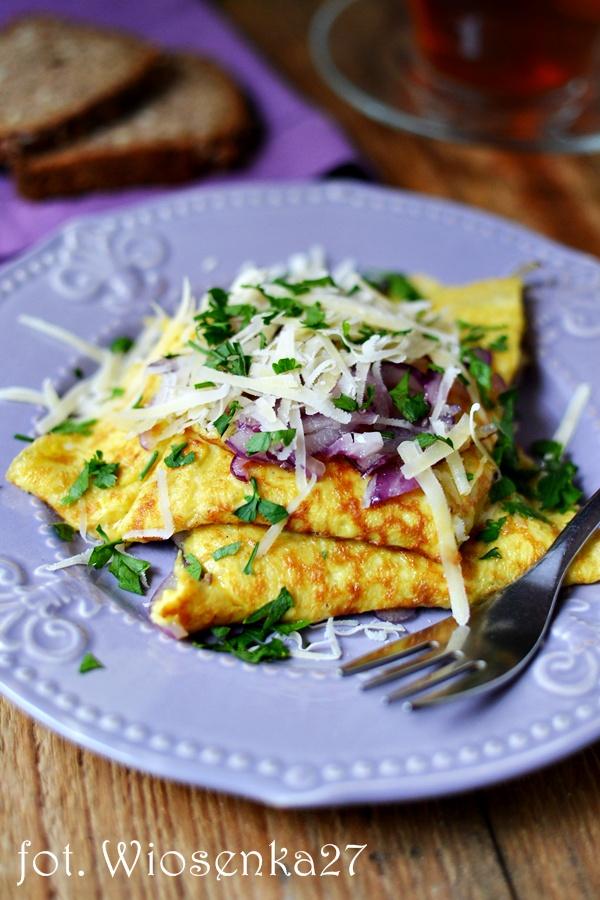 Omlet z karmelizowaną czerwoną cebulą