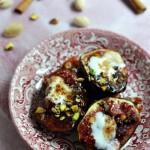 Pieczone figi z miodem,  cynamonem i pistacjami