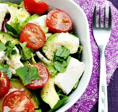 Sałatka z awokado i malinowym sosem