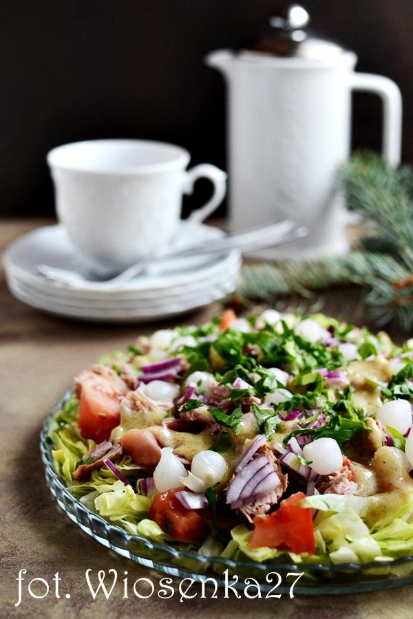 Sałatka z tuńczykiem i marynowaną cebulką