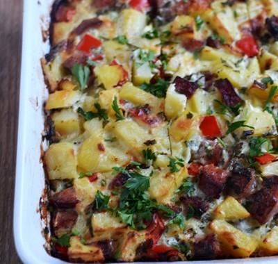 Zapiekanka ziemniaczana z warzywami i kiełbasą