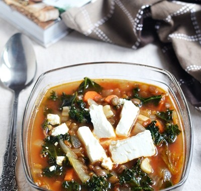 Zupa z jarmużem i zieloną soczewicą
